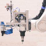 Tradition trifft Zukunft: Holznägel, gesetzt durch Roboterhand. Bild: ICD Stuttgart