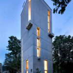 Ehemaliger Kirchturm aus Beton am Abend. Bild: Martin Baitinger / Focus