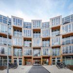 Würfelförmig gegliederte Glasfassade mit breiten Naturholzprofilen. Bild: Rasmus Hjortshoj