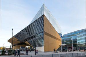"""Elegantes Gebäude mit expressiver Dachlandschaft: die neue Zentralbibliothek """"Oodi"""" in Helsinki von ALA Architects. Bild: Danica O. Kus"""