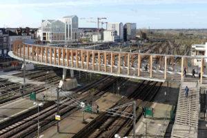 Fußgängerbrücke über Bahngleisen von Dietmar Feichtinger Architectes