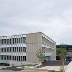 Schulhaus Pfeffingen. Südwestfassade / Haupteingang