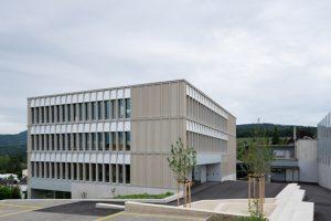 In Pfeffingen, Baselland, haben Brandenberger Kloter Architektenvereint ein neues Schulhaus mit einem einfachen, kindgerechten Raumkonzept realisiert.