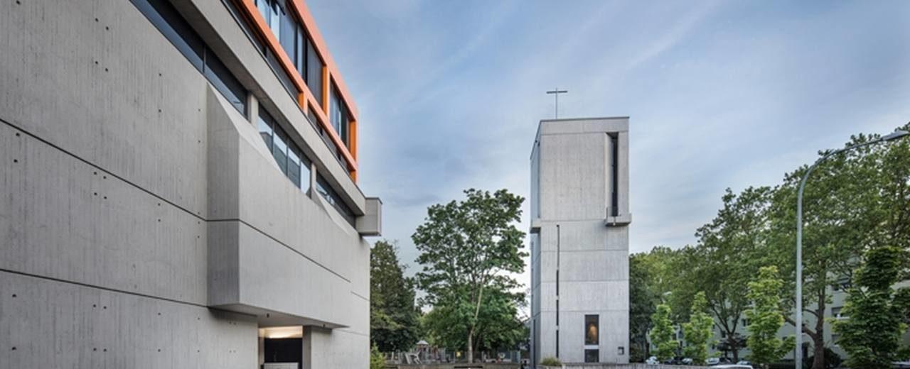 Kirchturm und ehemalige Kirche im Stil des Brutalismus