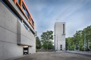 Kirchturm und ehemalige Kirche im Stil des Brutalismus. Bild: Martin Baitinger / Focus
