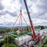 Im August 2019 wurde das von Werner Sobek entworfene Aktivhaus B10 innerhalb eines Tages abgebaut und per Schwertransport an seinen neuen Standort in Hohenstein auf der Schwäbischen Alb transportiert. Bild: René Müller