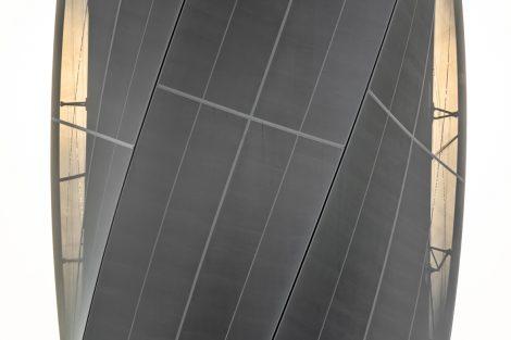 Der Architekt und Ingenieur Werner Sobek hat den Turm gemeinsam mit Helmut Jahn entworfen. Er verkleidete den Betonschaft des Turms mit einer textilen Hülle aus Glasfasergewebe. Das Gewebe beginnt am Fuß engmaschig, gibt nach oben hin immer mehr vom Turm preis und reflektiert das Licht zu unterschiedlichen Tages- und Jahreszeiten verschieden – so bekommt der Turm je nach Wetterlage und Tageszeit eine andere Anmutung. Bild: Rainer Viertlboeck
