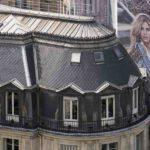 Reklame an Hausfassade in Paris. Bild: Erik-Jan Ouwerkerk