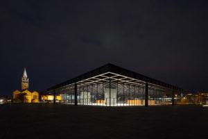 Neue Nationalgalerie in Berlin bei Nacht