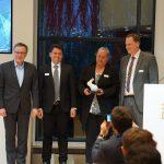"""(v.l.n.r.) Dr. Prof. Wilhelm Bauer (Geschäftsführender Institutsleiter Fraunhofer IAO, Stuttgart) überreichte den BIM Award in der Kategorie """"Besondere Projekte/Infrastruktur"""" an Jörg Repple (2. v.l., Straßenbauverwaltung Baden-Württemberg), Heidi Görz (3. v.l., Regierungspräsidium Freiburg) und Marcel Zembrot (4. v.l., Straßenbauverwaltung Baden-Württemberg). Bild: BIM Cluster Baden-Württemberg e. V."""