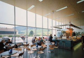 In der Cafeteria herrscht angenehme Tageslichtatmosphäre, ohne dass die Sonne blendet oder der Raum zu warm wird.