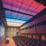 Im Tagungsraum mit modernster Konferenztechnik erzeugen rote, grüne und blaue Lampen verschiedene Lichtstimmungen.