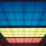 Die Farbe der Lichtdecken, für deren Einbau nur 25 cm Raum war, kann je nach Situation der gewünschten Stimmung der Seminarteilnehmer angepasst werden.