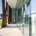 Offen gestaltet ist der Eingangsbereich mit Luft zwischen den Stahlelementen und Glas.