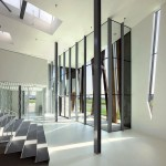 Überraschend hell präsentiert sich das weiß gestaltete Foyer. Bilder: CornbreadWorks
