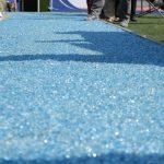 Streifen eines blauen Outdoor-Sportbodenbelags. Bild: Mathias Braun