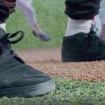 Nahaufnahme der Sneaker einer Person auf einem rauen Faserbodenbelag. Bild: Mathias Braun