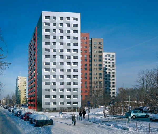 Die Studentenwohnheime wurden mit unterschiedlichen Fassaden modernisiert. Vorn das Haus Nr. 7, hinten links das letzte Hochhaus im Altzustand mit gelb-weißer Keramikoberfläche. Bild: Lothar Sprenger