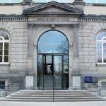 Ostfassade und Haupteingangsportal: Die neue Tür bringt Tageslicht in die Eingangsbereiche.