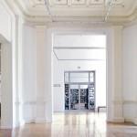 Besucherfreundliches und lichtdurchflutetes Foyer mit Buchhandlung.
