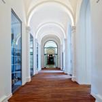 Im Ostflügel harmonieren weiße Wand- und Deckenflächen mit dem Naturbraun des Holzbodens.