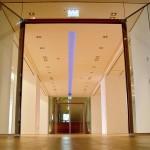 Der Sonderausstellungsbereich der Hartog-Galerie erhielt eine farbsteuerbare LED-Lichtbandbeleuchtung. Bilder: Martin Jannsen, MRJ-Architekten