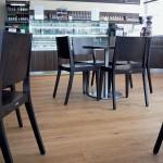 Auch im Café liegt Primus Eiche geölt. Bilder: Hain Parkett