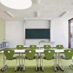 Klassenzimmer mit der Akustikdecke Heradesign superfin in Weiß.