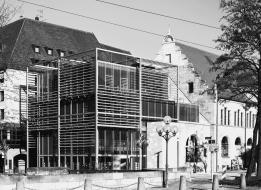 Der neue Kopfbau des Künstlerhauses Nürnberg wurde als Glaswürfel ausgeführt, der von einem Stahlskelett umspannt ist.