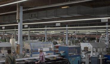 Bei großen Hallenflächen erweist sich die Umrüstung von Leuchtstoffröhren auf moderne LED-Hallen-Lichtbänder für Unternehmen als rentable Investition. Bild: Wasco GmbH