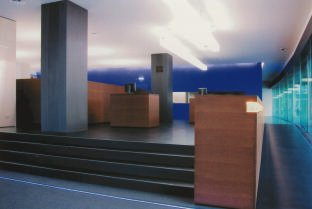 raiffeisenbank in z rich oerlikon farben ins rechte licht ger ckt. Black Bedroom Furniture Sets. Home Design Ideas
