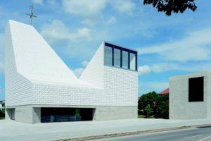 Kirche mit Keramikfassade und Schaumglas-Dämmung. Bild: Florian Holzherr