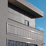 Ton in Ton: Die Verschattung betont die Geschlossenheit des Baukörpers. Bild: Warema