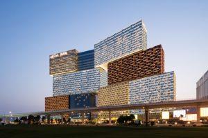 Der renommierte Architekturpreis für Wolkenkratzer, der Emporis Skyscraper Award, wurde in diesem Jahr an das MGM Cotai in Macau verliehen. Bild: G. Esch Courtesy of KPF