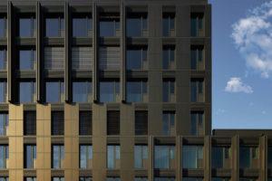 bronzefarbene Solarfassade an Hochhaus