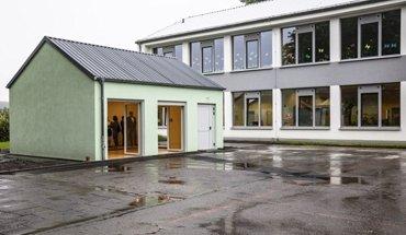 Eine Grundschule in Burscheid wurde um einen neuen Klassenraum erweitert. Selbsttragende Polyurethan-Sandwichpaneele ermöglichten eine effiziente Bauweise. Bild: Covestro