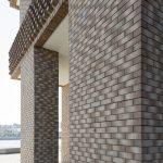 Um Monotonie in den Fassaden dieser beiden Hochhäuser zu vermeiden, arbeiteten die Planer von Tony Fretton Architects und De Archi-tecten NV mit einem Läuferverband, der früher für tragende Mauern verwendet wurde.
