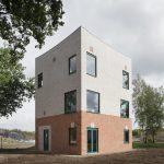 """Das Atlas-Haus des Büros Monadnock gewann beim Wienerberger Brick Award 2018 in der Kategorie """"Feeling at home"""". Die Kubatur mit dem geschwungenen Dach erinnert an historische Wachtürme."""