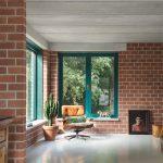 Im Innern des Atlas-Hauses bleiben die verwendeten Standard-Bauprodukte sichtbar. Die Oberflächenbehandlung ist minimal.