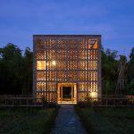 Das Terra-Cotta-Studio in Ho Chi Minh/Vietnam ist ein sieben mal sieben mal sieben Meter langer Ziegelwürfel am Ufer des Thu-Bon-Flusses. Die Ziegelstruktur der Fassade zitiert die Champa-Tempel, die vor rund 1 500 Jahren in dieser Gegend errichtet wurden.