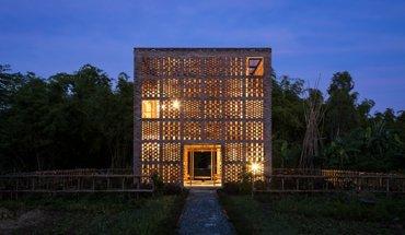 Das Terra-Cotta-Studio in Ho Chi Minh/Vietnam ist ein sieben mal sieben mal sieben Meter langer Ziegel-Würfel am Ufer des Thu-Bon-Flusses.
