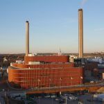 Zur Erweiterung der Anlage gehört auch das weltgrößte Biomasse-Heizkraftwerk. Die Planer nahmen bei ihrem Entwurf Rücksicht auf mächtige, alte Eichen und einen nahegelegenen Tierpfad.