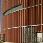 Mit der Fassade aus maßgefertigten Lamellen reduziert das Team von Urban Design und Gottlieb Paludan Architects die Lärmbelastung und ermöglicht dezente Einblicke ins Gebäude.
