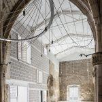Der Entwurf von AleaOlea architecture & landscape bildet die ursprüngliche Kubatur der Kirche nach, vervollständigt den Raum und ermöglicht es, den Raum vielfältig zu nutzen.