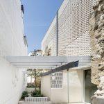 Die Gebäudehülle besteht aus zweischaligem Ziegelmauerwerk mit einem lose versetzten, porösen Verband an der Außenfassade und einer luftig wirkenden Schicht aus Hohlblockziegeln im Innern.