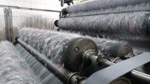 Texaid und die Hochschule Luzern haben ein Verfahren entwickelt, mit dem sich aus Alttextilien Garn für neue Teppiche und Dämmstoffe herstellen lassen. Bild: Tina Tomovic