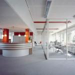 Umsetzbare Trennwände erlauben schnelle und flexible Neuaufteilungen zwischen öffentlichen Flächen und separaten Büros. Bild: raumplus