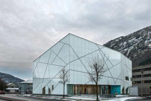 Vorgehängte hinterlüftete Glasfassade am Sogno g Fjordane Museum im norwegischen Forde