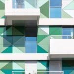 Vorgehängte hinterlüftete Glasfassade an einer Wohnanlage in Paris