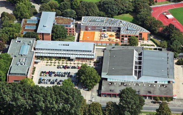 Aus der Luft: Hinten rechts der Neubau mit Flächen für Sport und Freizeit auf dem Dach. Bild: Landessportbund Niedersachsen